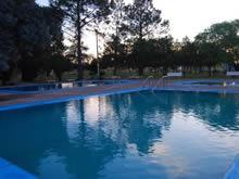 piscina por la tarde en las termas de almiron